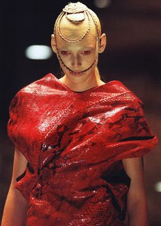 goldenwolf:    Honor Fraser on the Alexander McQueen Fall 1998 runway