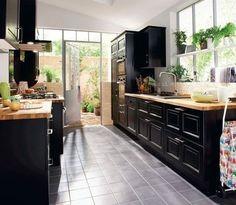 Et toujours : Une cuisine noire mais chaleureuse - Plus de 25 modèles de cuisine à suivre : la nouvelle sélection - CôtéMaison.fr