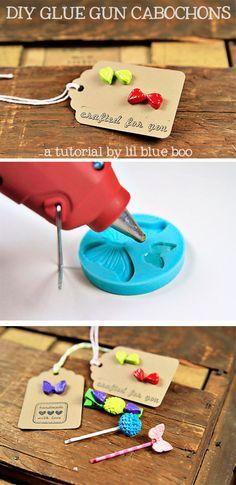 Pequenos objetos feitos com cola quente em molde de silicone