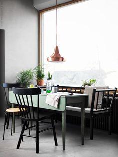 Nu välkomnar vi nyheten NORRARYD stol till IKEA sortimentet. Pinnstolen som modell har en särskild plats i våra hjärtan, en symbol för en skön vardag och livet hemma! NORRARYD stol, finns även i vitt och rött, BJÖRKSNÄS soffa med dyna svart och TJUGOFEM taklampa i kopparfärg.