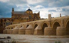 Le pont romain de Cordoue avec la mosquée-cathédrale en arrière plan  Andalousie Espagne