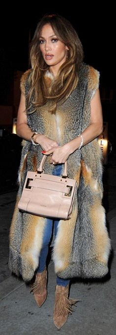 Who made  Jennifer Lopez's tan handbag and brown fringe suede ankle boots?