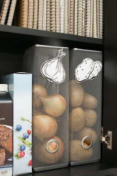 ASTUCE: «the place to be» pour pommes de terre et oignons. Whoa, I have these magazine racks from ikea. This is a good idea.