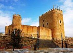 CASTLES OF SPAIN - Castillo de Jumilla (Murcia). En el año 713 las tropas de Abd el Aziz conquistan la pequeña alquería y comienzan la construcción de esta fortaleza sobre antiguas ruinas romanas y visigodas. El asentamiento árabe en Jumilla duró cinco siglos, hasta  el año 1241, que fue conquistada por las tropas de Fernando III, al mando de su hijo el infante D. Alonso, integrándose así a la Corona de Castilla.