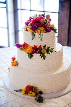 A chic white wedding cake with fresh floral decor, love it! {Cake: The Cake Shop, Photo: Elizabeth Davis Photography}