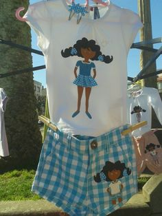 Conjuntito de nena con Tareixa pintada a mano con pintura textil ( apta para lavadora hasta 40 grados ). A la muñeca se le mueven los ojillos y tiene braguitas bajo su falda