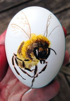 We think this egg artwork is a sweet Easter idea! Would make a great decoration to go with your baked Easter treats :)