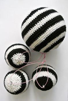 Bolas tejodas en torno a una bola de personalizar!!! Idea para hacer con nuestra bolas navideñas
