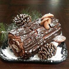 Holiday Cakes, Christmas Desserts, Christmas Treats, Holiday Baking, Christmas Baking, Yule Log Cake, Food Garnishes, Xmas Food, Novelty Cakes