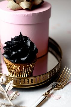 How to make black buttercream icing for frosting cupcakes or cakes.