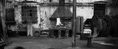 ** hannah collins, In the course of time 6, 크라코프 공장, 1996  1990년대 콜린스의 작품들은 대부분 공산주의가 몰락한 이후 유럽 현실을 그리고 있다. 그녀는 역사적인 사건들과 최근 사건들로 형성된 동시대 삶의 방식이 건축적인 공간에 남긴 흔적들을 추적했다.