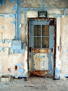 Cool Doors, Unique Doors, Knobs And Knockers, Door Knobs, Rustic Doors, Wooden Doors, Abandoned Buildings, Abandoned Places, Door Gate