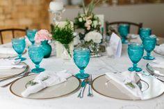 Mesa com taças turquesa Luana e Joaquim _lápis de noiva_frankie e marilia_blog-22
