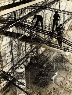 Ilustraciones de planos de construcción sublimadas sobre las prendas