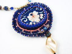 Collier style vintage, rétro, faïence, broderie de perles, bleu, rose, blanc, ancien : Collier par deux-trois-graines
