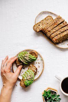 avocado toast met hummus en kruiden