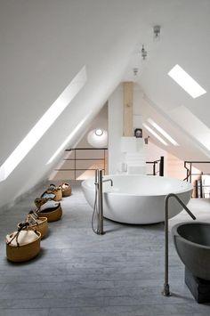 Une salle de bains dans les combles...   Pour un projet, visitez notre site http://www.avantages-habitat.com/travaux-amenagement-de-combles-78.html