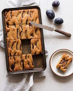 komu placka? 😄 zgodzicie się, że wrzesień to czas placków z owocami? upały minęły i w końcu można włączyć piekarnik, a na bazarku tyle pięknych śliwek 😍😍 zatem jak nie wiecie co słodkiego (choć nie za słodkiego) dziś przygotować na deser lub jutrzejsze szybkie śniadanie. przepis w opisie @zielonysrodek 💚 💜 💜 💜 💜 💜 #breakfast #cakestagram #instagood #photooftheday #foodstagram #healthylifestyle #healthyfood #cake #oats #oatsnack #delicious #foodgasm #foodoftheday #foodie #healthy… Cake Photography, Cake Pictures, Waffles, Food And Drink, Sweets, Cookies, Breakfast, Recipes, Quesadillas