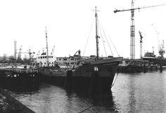 Elke dag een Nederlands schip uit het verleden  Bij Scheepswerf Waalhaven, Rotterdam  NAVIGARE  http://vervlogentijden.blogspot.nl/2015/02/elke-dag-een-nederlands-schip-uit-het_28.html