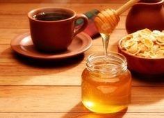 Remèdes naturels contre le mal de gorge  Extrait:...le sel agit comme antiseptique léger tout en contribuant à extraire l'eau de la muqueuse de la gorge et, par conséquent, à éliminer le phlegme. Faites dissoudre une demie c.à thé de sel dans un verre d'eau chaude, gargarisez-vous avec cette solution et recrachez. Répétez à quelques reprises dans la journée.   ...vous gargariser avec une solution de bicarbonate de soude : 1 c.à thé dans un verre d'eau chaude.