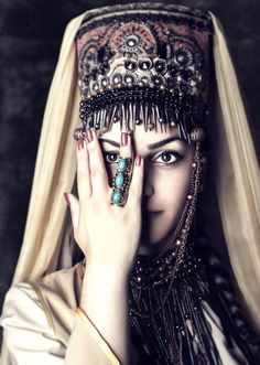 On Semi-Hiatus Cau·ca·sus: A region between the Black and Caspian Seas that includes southwest Russia, Georgia, Azerbaijan, and Armenia [and parts of Turkey], and that forms part of the traditional boundary between Europe and Asia. Costume Tribal, Folk Costume, Beauty Around The World, People Around The World, Fotografia Pb, Armenian Culture, Hallowen Ideas, Costumes Around The World, World Cultures
