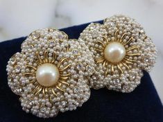 Vintage Beaded Flower Earrings – Rhinestones and White Faux Pearls, DeMario or Haskell Style Wedding Jewelry Vintage Perlen Blume Ohrringe – Strass und weiße Kunstperlen, DeMario oder Haskell Style Hochzeitsschmuck Gold Jhumka Earrings, Indian Jewelry Earrings, Gold Bridal Earrings, Jewelry Design Earrings, Gold Earrings Designs, Antique Earrings, Fashion Earrings, Beaded Jewelry, Jewelery