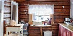 Linn Hege og Øyvind slo seg ned i en tømmerhytte Nest, Sweet Home, Kitchen Cabinets, Curtains, Table, Inspiration, Furniture, Cabin Ideas, Home Decor