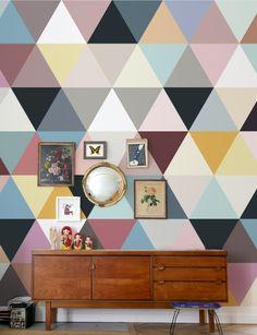 Papier peint graphique coloré et buffet en bois de style scandinave au salon