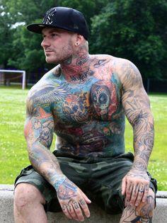 Veja uma seleção de homens tatuados esbanjando beleza masculina e testosterona.