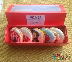 Hermoso estuche para galletas de mantequilla con diseños de carnaval #carnavalparty #empaquesgalletas #circuscookies Container, Cookies, Mardi Gras, Shortbread Cookies, Biscuits, Cookie Recipes, Cookie, Canisters, Cakes