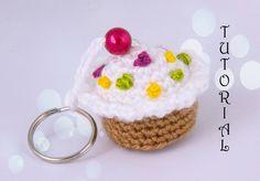 Babeczka na szydełku. Breloczek. Crochet birthday cupcake. Keychain.