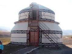 story Yurta near Too Ashu. >> What a beautiful yurt!Two story Yurta near Too Ashu. >> What a beautiful yurt! Glamping, Interior Flat, Yurt Home, Yurt Living, Earthship, Round House, Architecture, Cabana, Sri Lanka