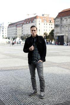 Lässiger Herbst-Look: Graue Jeans, kariertes Hemd, schwarze Übergangsjacke - 7milestoparis.com