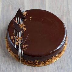 Niektórzy z was mogą to wiedzieć, inni mogą . Cake Decorating Frosting, Cake Decorating Designs, Cake Decorating Videos, Birthday Cake Decorating, Chocolate Cake Designs, Chocolate Truffle Cake, Chocolat Cake, Chocolate Garnishes, Fancy Desserts