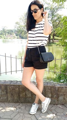 Beauty Things - por Mayara Barbosa Look perfeito para os dias de calor: short preto de alfaiataria, blusa listrada preta e branco, tênis branco all star e bolsa lateral preta