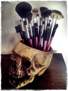 skull makeup brush holder - novel idea if you're into that kinda style! Make Me Up, How To Make, Decoration Inspiration, Decor Ideas, Makeup Brush Holders, Skull Makeup, Goth Makeup, Gothic House, Makeup Storage