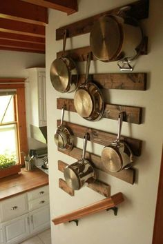 Ideas para organizar las sartenes de la cocina – I Love Palets hanging pots and pans. nice way to protect the wall from the pots banging against the wall. Decor, Pan Storage, Kitchen Remodel, Kitchen Decor, Kitchen Remodel Small, Kitchen Wall Storage, Kitchen Wall Decor, Diy Kitchen, Rustic Kitchen
