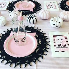 Halloween Table That You Must Know Chic Halloween, Pink Halloween, Adult Halloween Party, Halloween Table, Halloween Party Decor, Holidays Halloween, Halloween Treats, Halloween First Birthday, 1st Birthday Parties