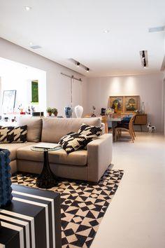 trio de arquitetas Juliana Abbud, Juliana Sabó e Mariana Klumb / Tecto E Design, Couch, Living Room, The Originals, Instagram Posts, Furniture, Home Decor, Vogue, Ceiling