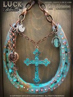DESERT FAITH Horseshoe Projects, Horseshoe Crafts, Lucky Horseshoe, Horseshoe Art, Horseshoe Ideas, Western Crafts, Country Crafts, Western Decor, Equestrian Decor