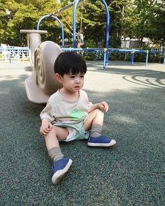 La imagen puede contener: 1 persona, sentado, calzado y exterior Cute Asian Babies, Cute Korean Boys, Korean Babies, Asian Kids, Cute Babies, Cute Baby Boy, Lil Baby, Little Babies, Cute Boys