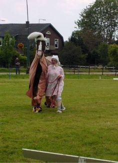 Donique Romviel met Cilady (Statuur x Nilady v. Irak), beiden in pyjama tijdens de Open dag van de Ladyhoeve na de Erkenning als Fokcentrum Gelders Paard.