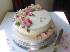 New birthday cake for women single layer Ideas Wedding Cakes One Tier, How To Make Wedding Cake, Square Wedding Cakes, Small Wedding Cakes, Single Tier Cake, Single Layer Cakes, 90th Birthday Cakes, Birthday Cakes For Women, Traditional Wedding Cake