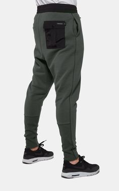 Contender Pant Army is part of Mens street style - Premium cotton blend joggers with a contrast fabric waistband and slim fitting legs Pair with the Contender Sweater to complete the look Fashion Pants, Mens Fashion, Street Fashion, Sporty Fashion, Track Pants Mens, Cargo Pants For Men, Women Pants, Street Style Store, Style Masculin