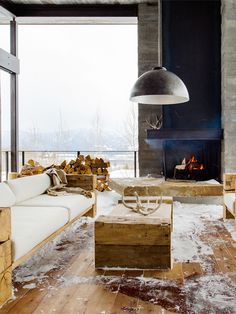 There are lots of materials we love in this winter house: marble and wood share space with modern furniture and splashes of bright colours! Modern Outdoor Fireplace, Outdoor Living, Boulder House, Living Room Lighting Design, Modern Holiday Decor, Hallway Designs, Cabin Interiors, Rustic Chic, Beautiful Interiors