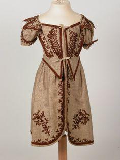 1830-1835, Knabenkleid aus Kattun, Baumwolle und Wolle vermutlich über Knabenhose mit Trägeroberteil getragen (gleiche Machart)