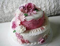 Kukkaunelma - Kakku tehty vaaleaan kakkupohjaan, jossa täytteenä mangohilloa ja valkosuklaamoussea. Päällä valkoinen sokerimassa ja pitsiä&kukkia sokerimassasta - Kiitos Minni! #mitätahansaleivotkin #leivojakoristele #droetker #kakku #leivonta #kilpailu