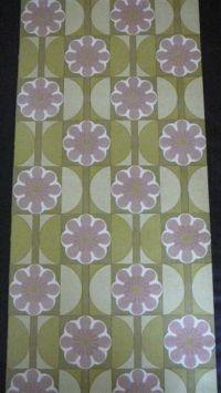 paarse bloem met groene geometrische figuur €35