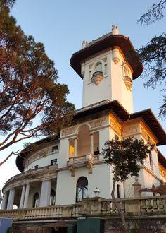 HİDİV KASRI  Hidiv Kasrı, İstanbul ilinin Beykoz İlçesi'ndeki Çubuklu sırtlarında yer alan bir eserdir. Yapım tarihi 1907 yılıdır. Mısır'ın son hıdivi Abbas Hilmi Paşa tarafından İtalyan mimar Delfo Seminati'ye yaptırılan bu yalının mimari tarzı, Dönemin mimari modasına uygun bir şekilde yapılmıştır. Mimarisi nouveau tarzındadır.