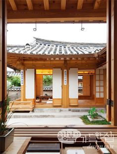 34 Fabulous Japanese Traditional House Design Ideas - Although many different types of housing can be seen in Japan, generally the living area is smaller than in other countries. Some houses are designed . Traditional Japanese House, Korean Traditional, Asian Interior, Interior And Exterior, Dojo, Asian House, House Viewing, Architecture Old, My Dream Home